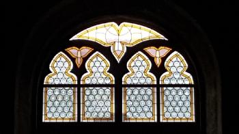 Rok 2016 kompleksowa konserwacja okna witrażowego nad wejściem połudiowym i okienek latarni w kaplicy św. Józefa