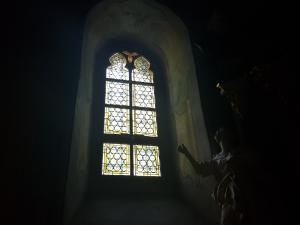 Rok 2017 Renowacja dwóch okien witrażowych w zachodniej części kościoła parafialnego pw. św. Bartłomieja Apostoła_1